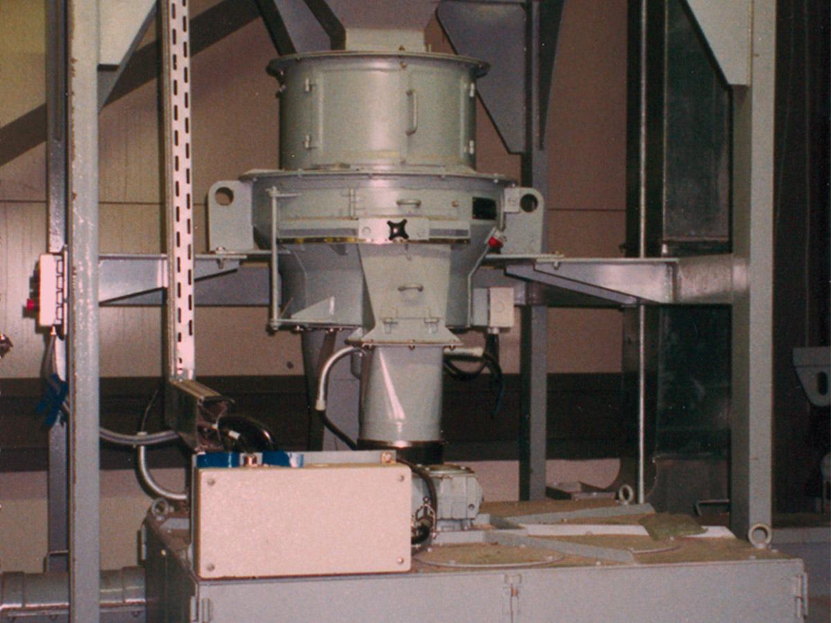 Rotationsteiler in einer Anlage mit nachfolgendem Drehkreuztellerteiler und Probensammler