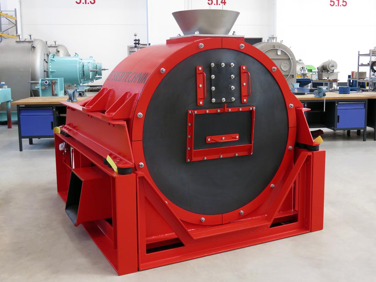 Schwingzentrifuge HSG 1100 in der Werkshalle des Zentrifugen Technologie Zentrums in Mülheim an der Ruhr. Ansicht von Vorn