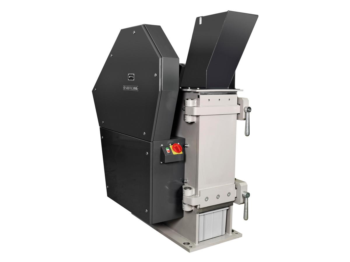 Einschwingenbrecher EB 300 x 250 - L zum Einsatz im Labor mit Eingabetrichter, geöffnet