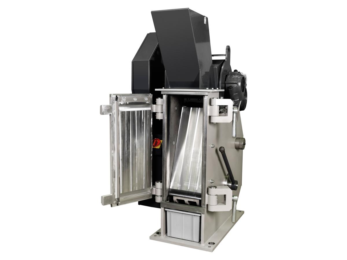 Einschwingenbrecher EB 300 x 250 - L zum Einsatz im Labor mit Eingabetrichter, geschlossen